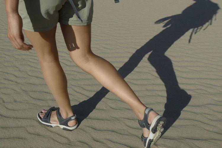 Siente la arena entre los dedos de los pies al caminar en un par de sandalias de senderismo.
