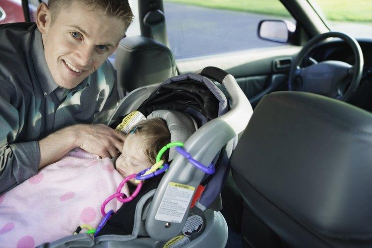 Los niños pequeños no deben pasar largos periodos en el asiento del auto.