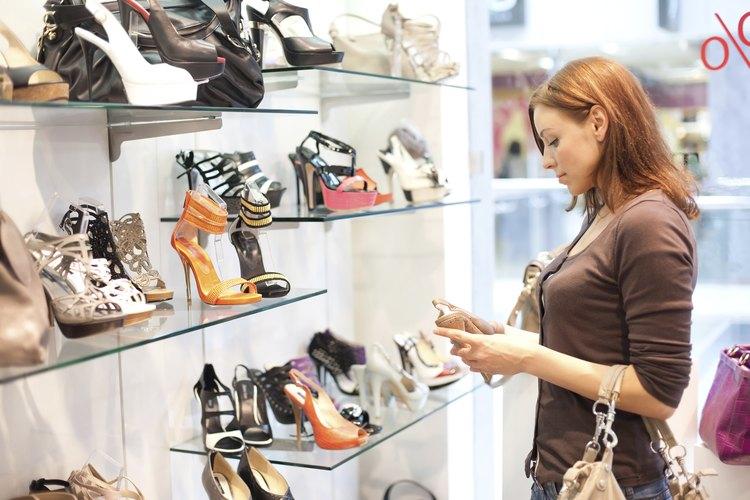Una mujer comprando zapatos de vestir.