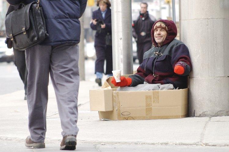 Encuentra formas de ayudar a los indigentes.