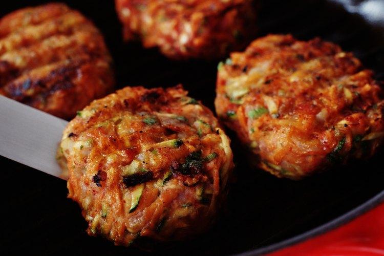 Cocinar hamburguesas en una sartén requiere unos pocos pasos diferentes que el hacerlas en el horno.