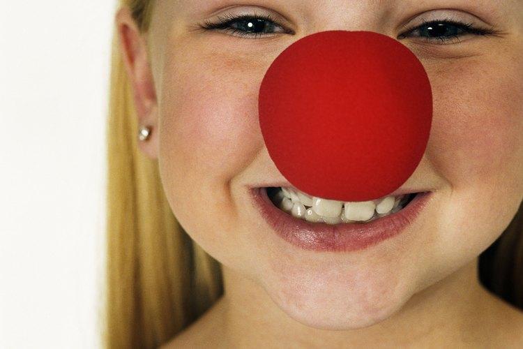 Si la nariz no se queda puesta, añade una gota de adhesivo spirit gum al interior de la hendidura en la nariz.