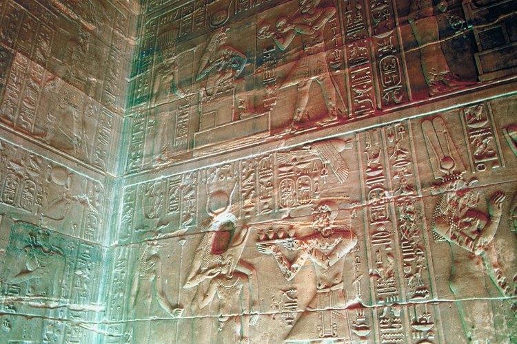 Todos los jeroglíficos fueron tallados y pintados a mano.