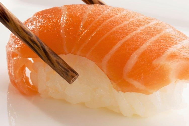Sushi nigiri de salmón.