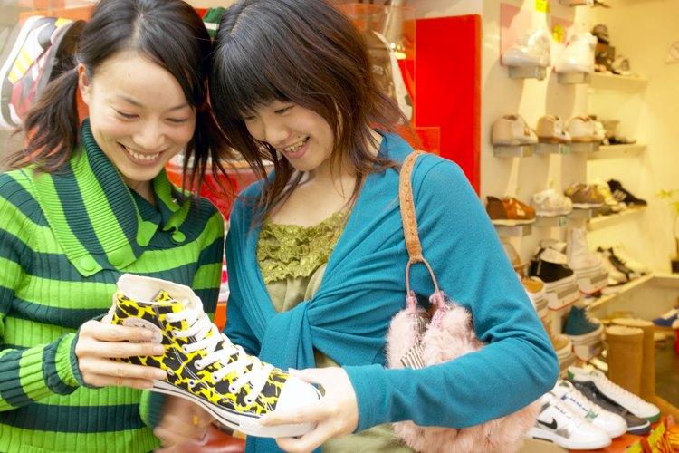 Amigas comprando calzado.