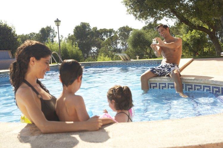 Cuando consideras el costo de tener una piscina, establece el pago del préstamo para la piscina, así como los costes de mantenimiento.