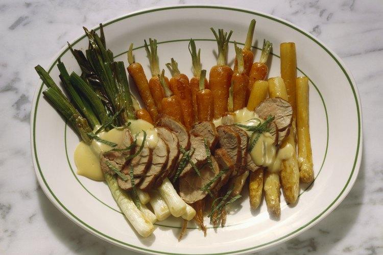 Sirve las zanahorias al vapor con carne magra de pollo o de cerdo.