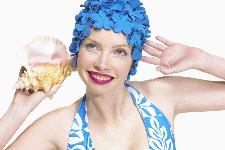 Las gorras de baño fueron indispensables en el guardarropa de viaje de una mujer en los 60s.