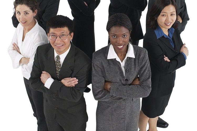 Al iniciar un nuevo trabajo, hay una buena probabilidad de que no conozcas ni siquiera a uno de tus compañeros nuevos de trabajo, por lo que será necesario presentarte.