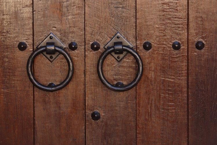 C mo darle un nuevo acabado a una puerta antigua de madera for Pintar puertas de madera viejas