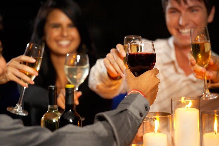 Haz un brindis en la cena cuando celebres con tus amigos.