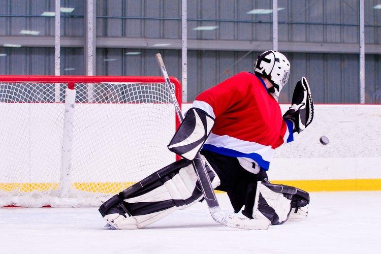 Una vez que tengas la suficiente práctica, puedes unirte a un equipo de hockey como opción.
