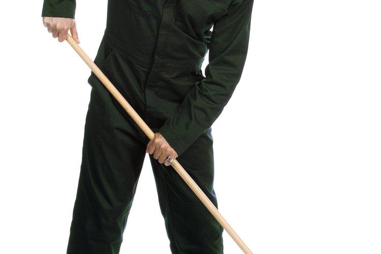 El trabajo de un ayudante de chofer puede abarcar labores de limpieza.