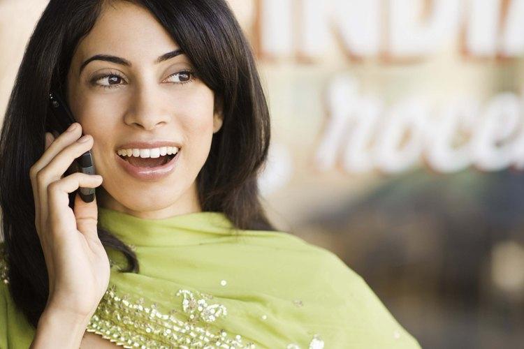 Esta mujer está llevando a cabo la forma más común de comunicación, la verbal.