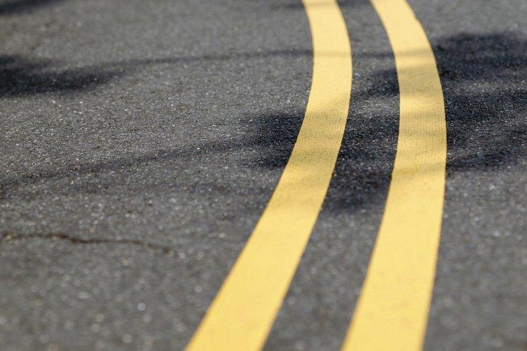 Las líneas dobles continuas amarillas significan que no está permitido pasar en ninguna dirección.