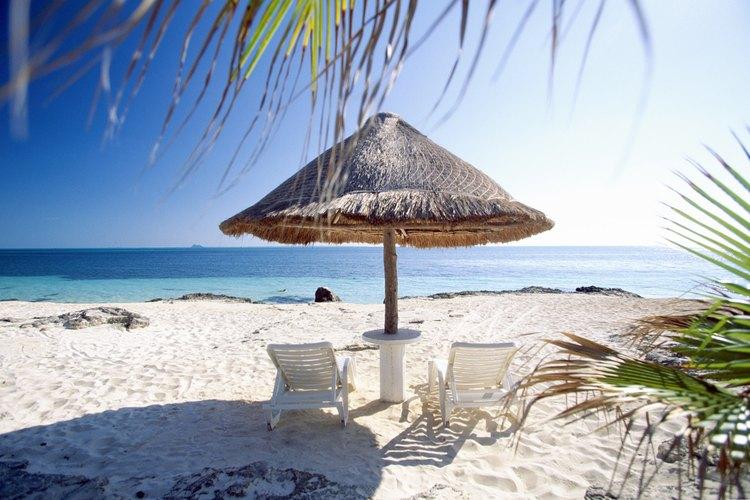Palapa y sillas en las playas mexicanas.