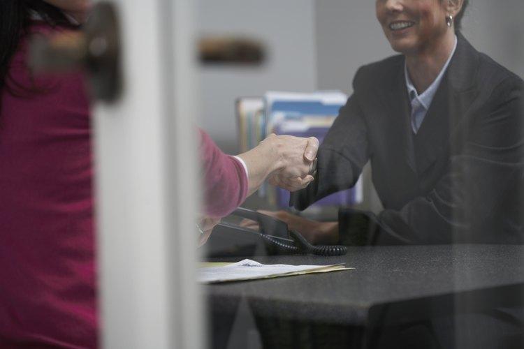 Cuando una empresa busca sus filas para encontrar empleados adecuados para la promoción, lo hacen basados en la creencia de que los empleados actuales ya conocen la filosofía de la empresa, misión y valores.