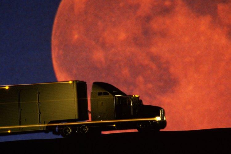 Una luna llena en el perigeo aparece notablemente más grande y más brillante que la luna llena en el apogeo.