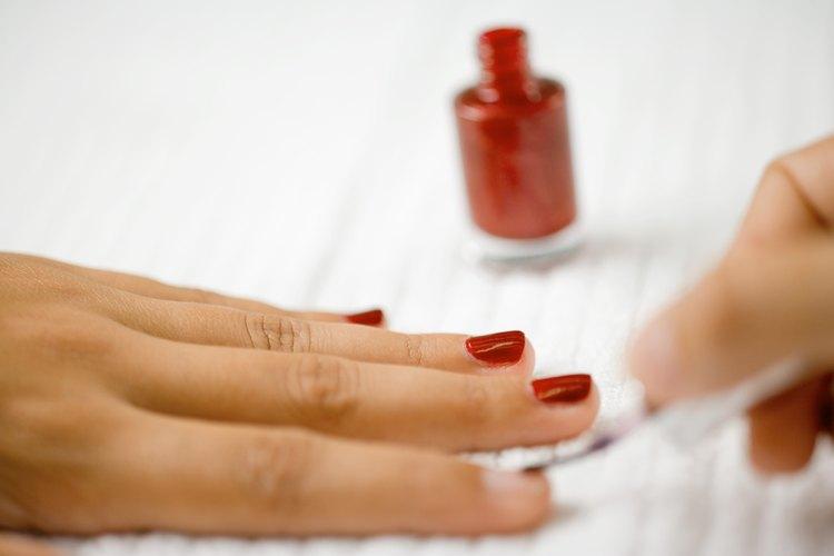 Cómo hacer una plantilla para decorado de uñas con un cortador |