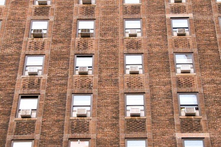 Un aire acondicionado split no es tan bueno como uno de ventana para los pisos superiores de un edificio de departamentos.