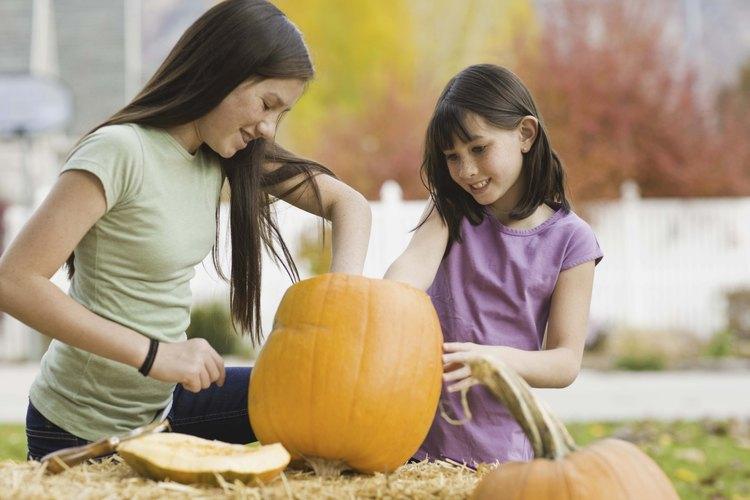Los adolescentes pueden ayudar a los hermanos más jóvenes a celebrar Halloween.