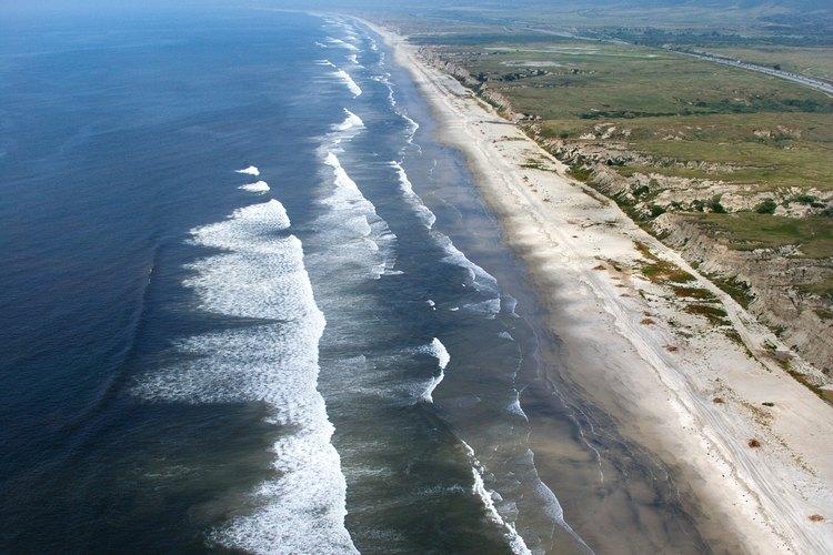 Las playas del sur de California vistas desde el aire, el cielo de un surfer.