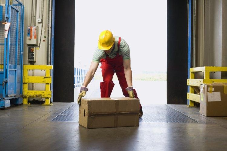 Los empleados deben utilizar las técnicas de levantamiento de objetos para prevenir lesiones mientras trabajan.