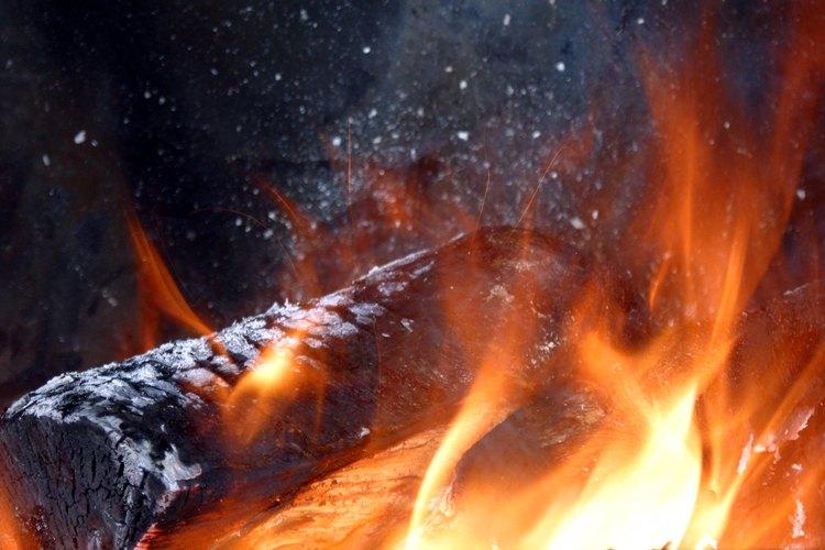Las estufas de combustión catalítica vuelven a quemar el humo para reducir los contaminantes.