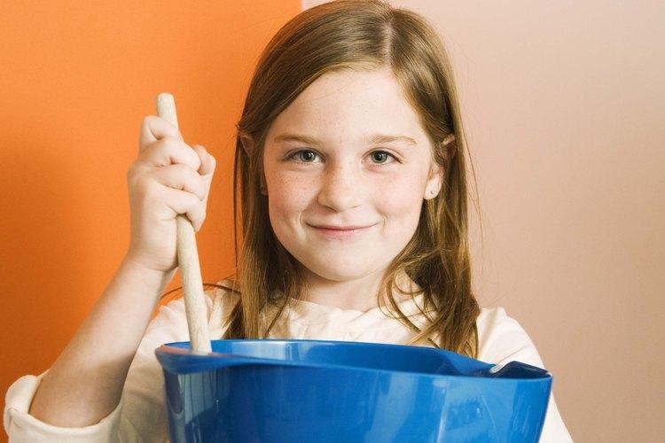 Mezcla 4 onzas (113,40 g) de queso crema y 1/2 taza de harina de avena.