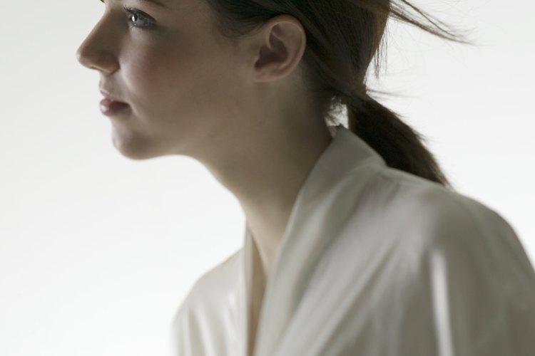 Aprende a quitar una mancha de una prenda de seda.
