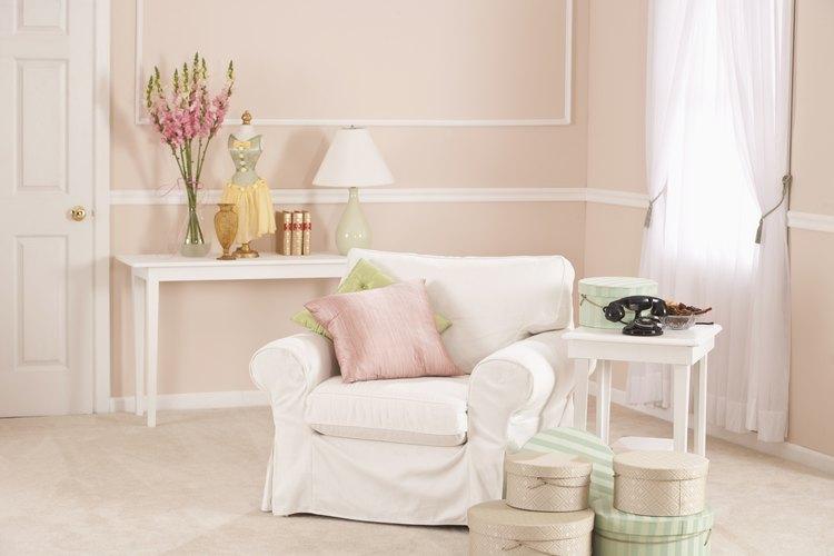 Las cortinas transparentes añaden suavidad a unas paredes rosa.