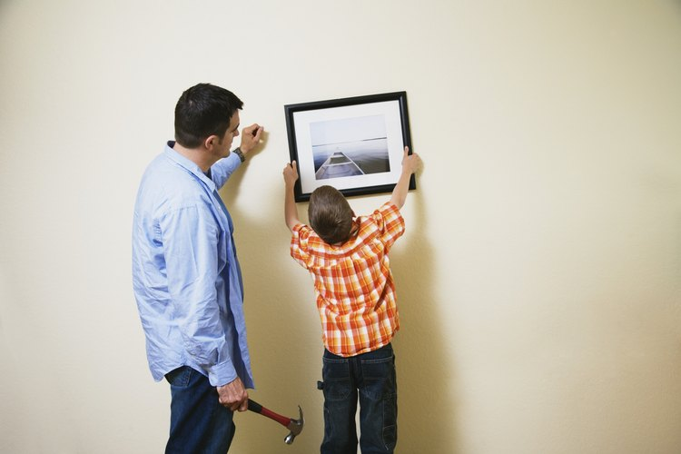 La altura de los ojos es el nivel óptimo para colocar cuadros en la habitación de un niño.