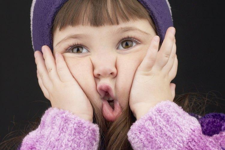 Un niños puede morder su mejilla de manera intencional o accidental.