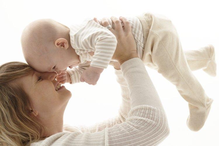 Los bebés aman imitar a mamá y papá, así que asegúrate de premiar su respuesta.