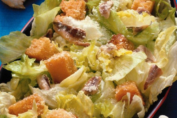 La receta original del aderezo para la ensalada César no contiene anchoas.