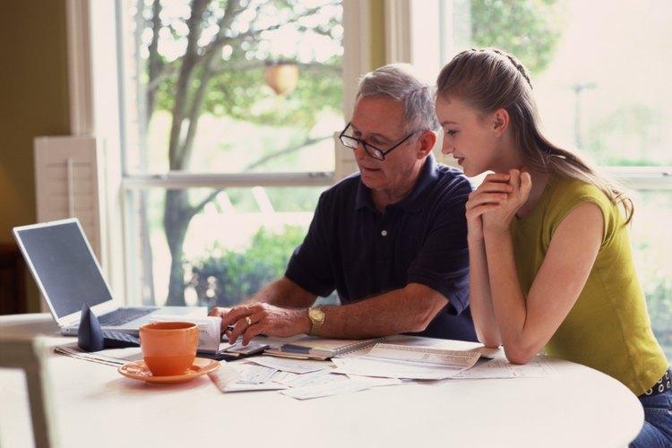 Con una guía paterna, un adolescente puede aprender a manejar el dinero de forma responsable.