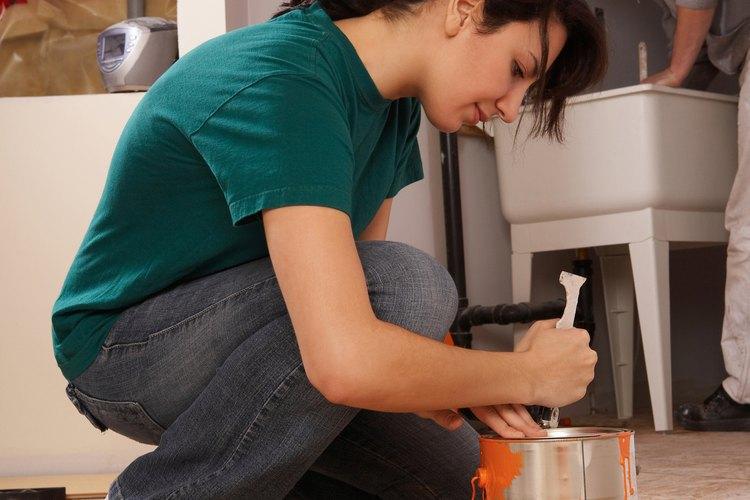 Podrás aligerar la pintura con agua para una mejor aplicación.