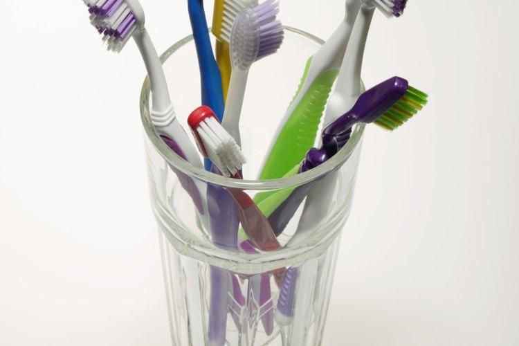 Los cepillos de dientes acumulan una cantidad increíble de bacterias.