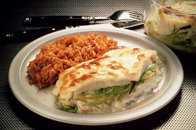 El bacalao es un pescado de carne blanca que puede sazonarse con tomillo, perejil o limón.
