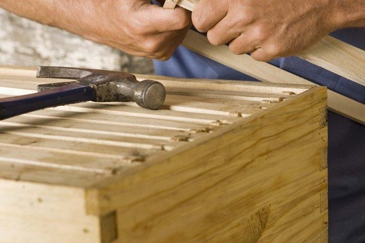 Construye los marcos para encastrar dentro de una colmena.