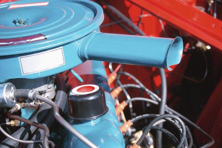 Utilizando guantes plásticos, sumerge el carburador completamente en el limpiador.