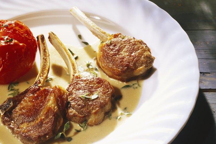 Al marinar las chuletas de cordero les añades sabor y ablandas la carne.