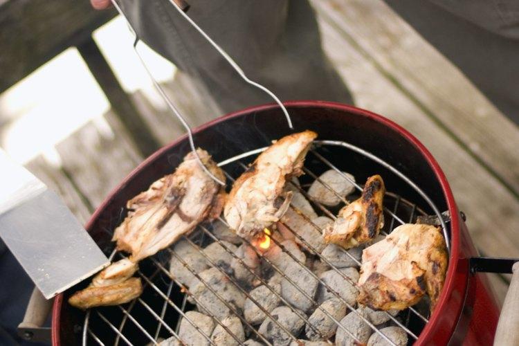 El pollo asado es delicioso, económico y fácil de preparar para una multitud.