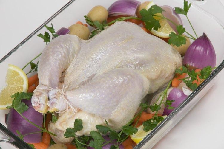 Pollo crudo y vegetales.