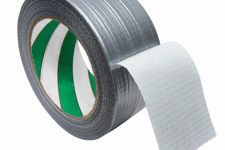 La cinta adhesiva puede ser una herramienta útil al reparar agujeros en las decoraciones navideñas.