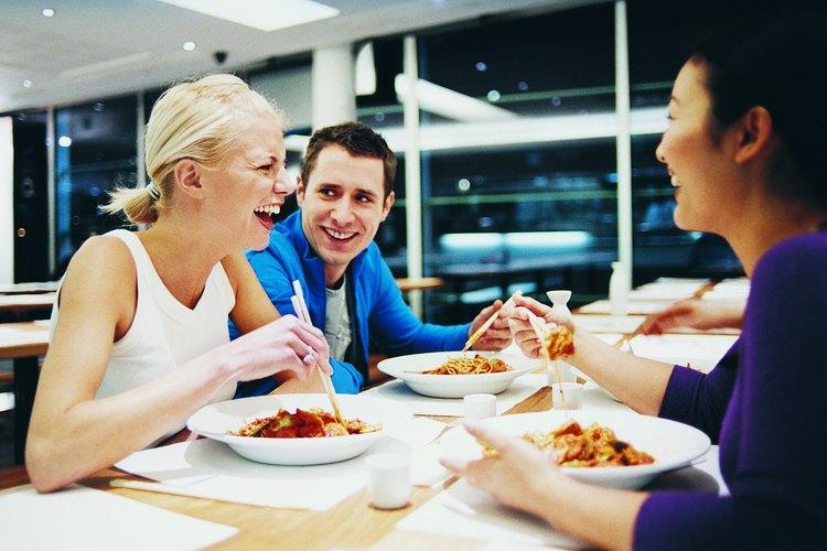 Los restaurantes incurren en diferentes tipos de gastos de nómina.