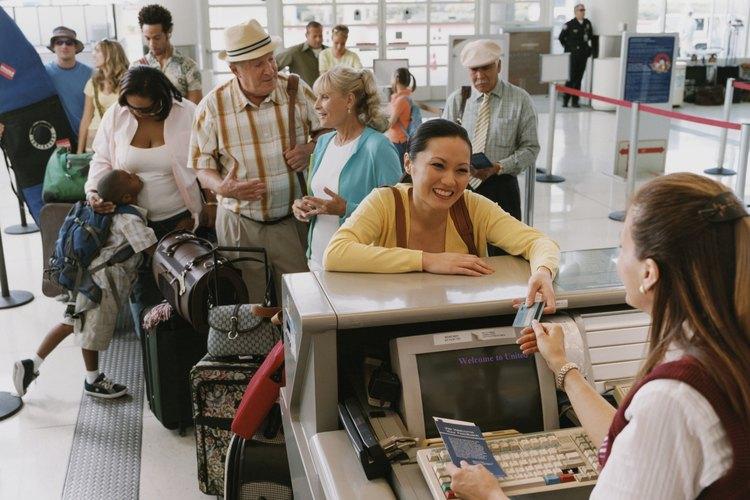 Las bebidas, incluyendo alcohol, pueden comprarse después de que atravieses los puntos de seguridad y puedes llevarlas en el avión.