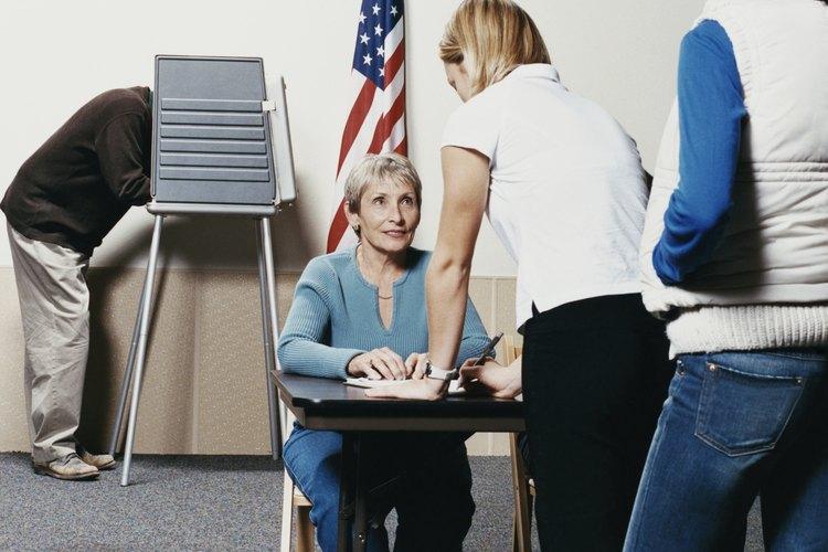 Personas esperando para votar.