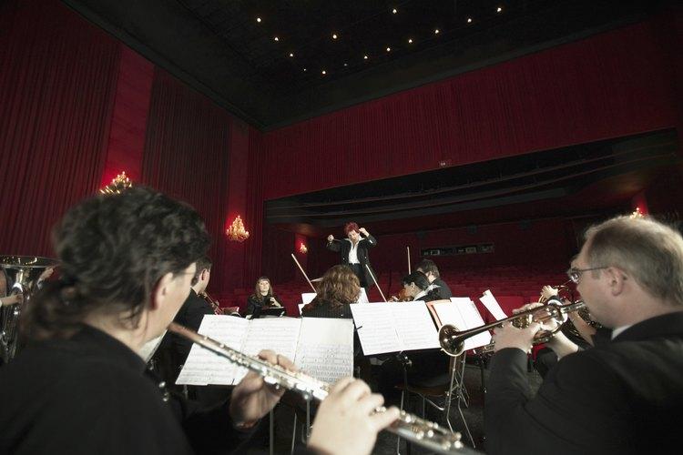 Las flautas y las trompetas forman parte de una orquesta completa.