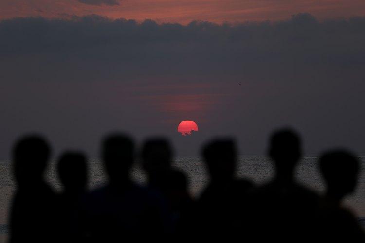Cada noche las fiestas se animan en la playa de Kuta durante las puestas de sol de color rosa y continúan en la ciudad durante toda la noche.